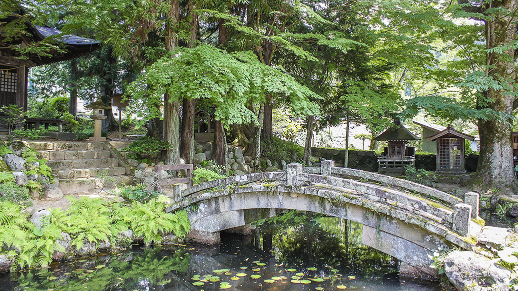 Japanese Ryokan: Nude Baths, Kimonos & Feasts